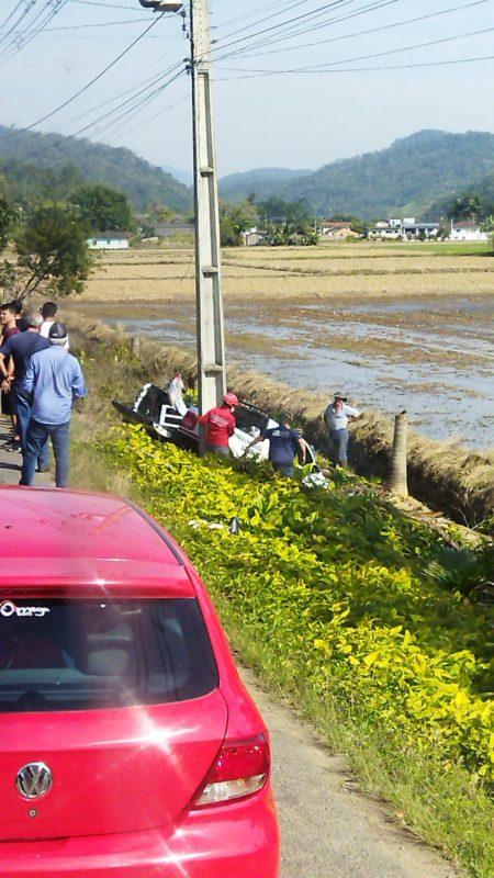 Saveiro caiu à margem da rodovia após o acidente. – Foto: Internet/Divulgação ND