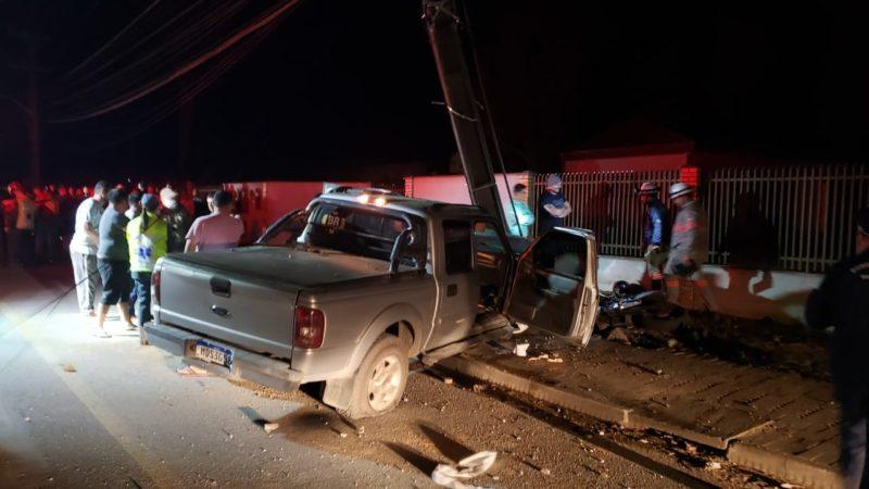 caminhonete bateu contra um poste