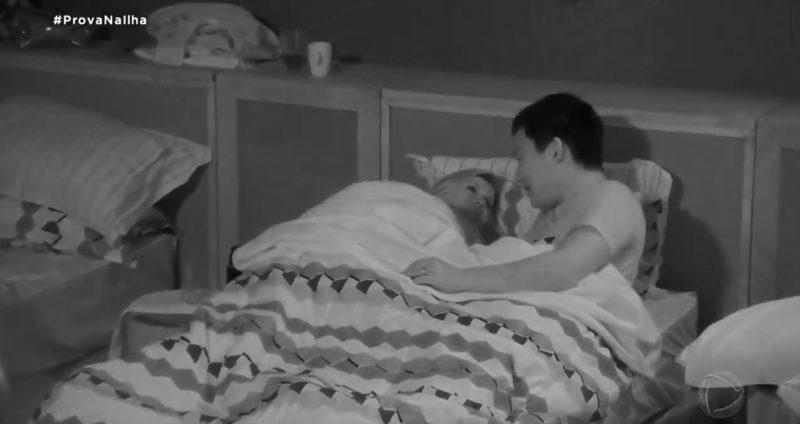 Antonela investiu em uma tentativa de maior intimidade com Pyong, mas hipnólogo se esquivou – Foto: Reprodução Record TV