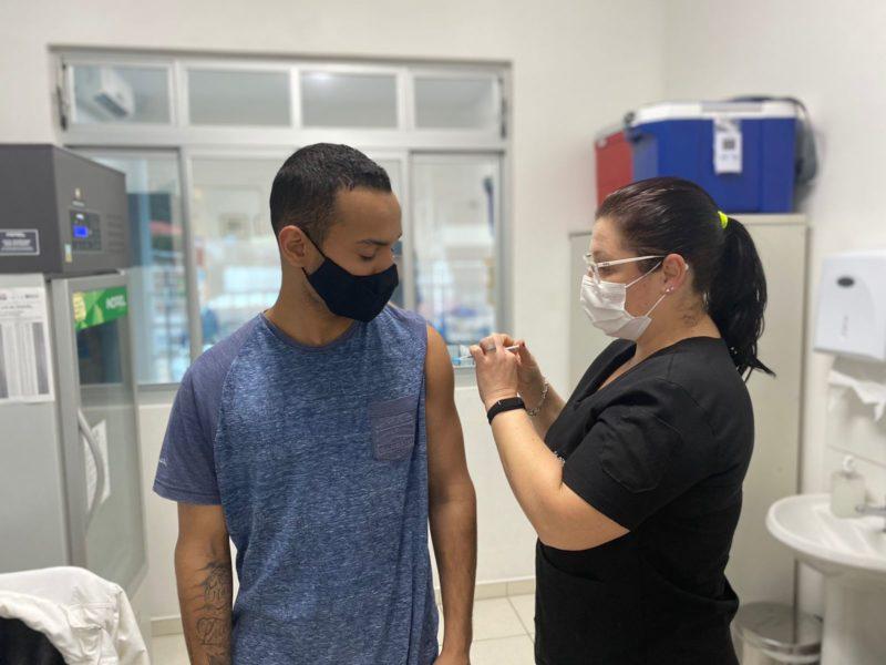 Grande Florianópolis vacina adolescentes com e sem comorbidades, dose 2 e reforço – Foto: PMF/Divulgação/ND