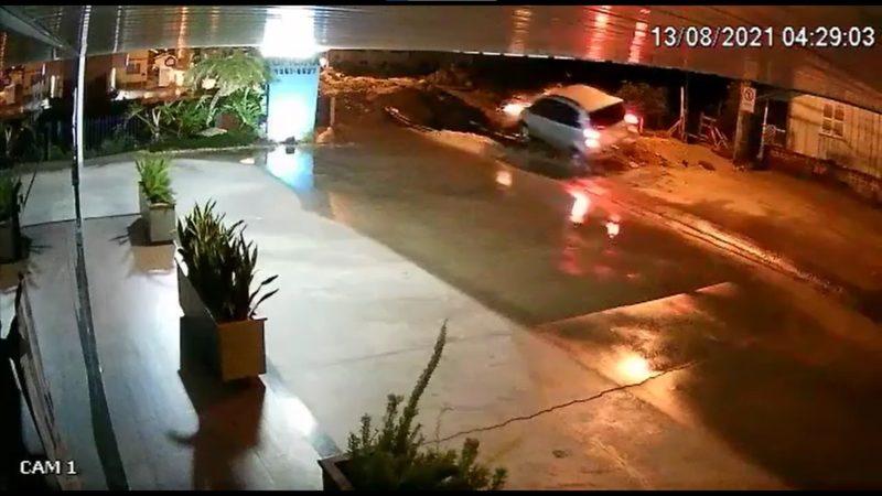Veículo aparece em alta velocidade em vídeo feito por uma câmera de monitoramento – Foto: Reprodução/Internet/ND