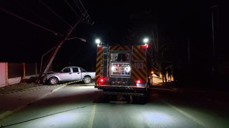 caminhonete bateu contra um poste de luz