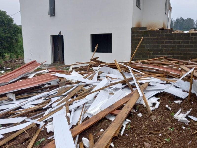 O meteorologista acredita que um tornado de categoria F0 — pequena proporção — atingiu o interior de Guatambu, no Oeste catarinense. – Foto: Piter Scheuer/Divulgação/ND