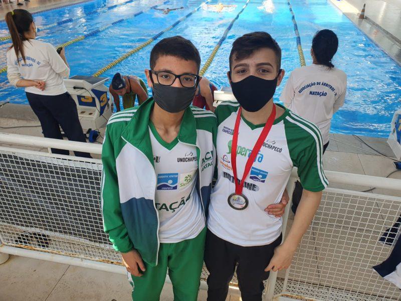 Equipe de Chapecó competiu com dois nadadores e conquistou a medalha na prova de 100m nado borboleta, com o nadador Arthur Momoli – Foto: ACN/ND