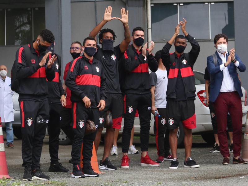 Thiago Juan aplaudiu a torcida ao lado dos companheiros antes do jogo decisivo contra o Bangu – Foto: Vitor Forcellini/JEC/ND/Divulgação