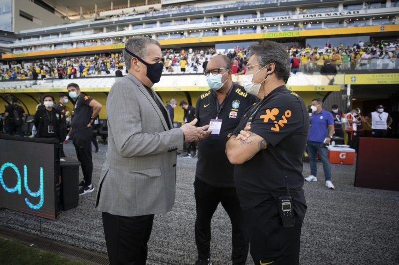 Integrantes da comissão técnica brasileira discutiram com agente da Anvisa no domingo (5) durante jogo entre Brasil e Argentina – Foto: Lucas Figueiredo/CBF
