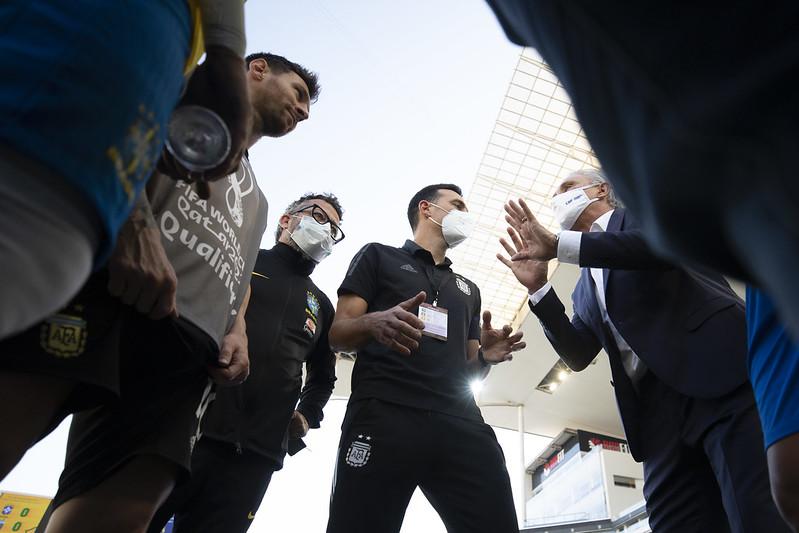 Técnico da Argentina, Lionel Scaloni, debate com Tite – Foto: Lucas Figueiredo/CBF/ND
