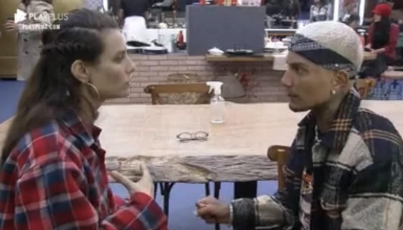Dayane e Dynho conversam após a roça – Foto: Reprodução Play Plus