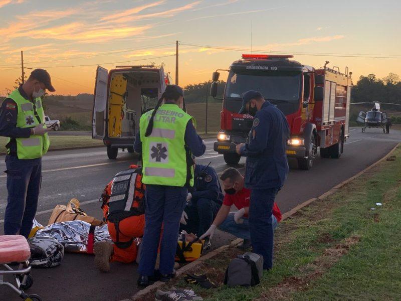 Motociclista foi atendido caído na rodovia e já sem capacete – Foto: Corpo de Bombeiros/ND