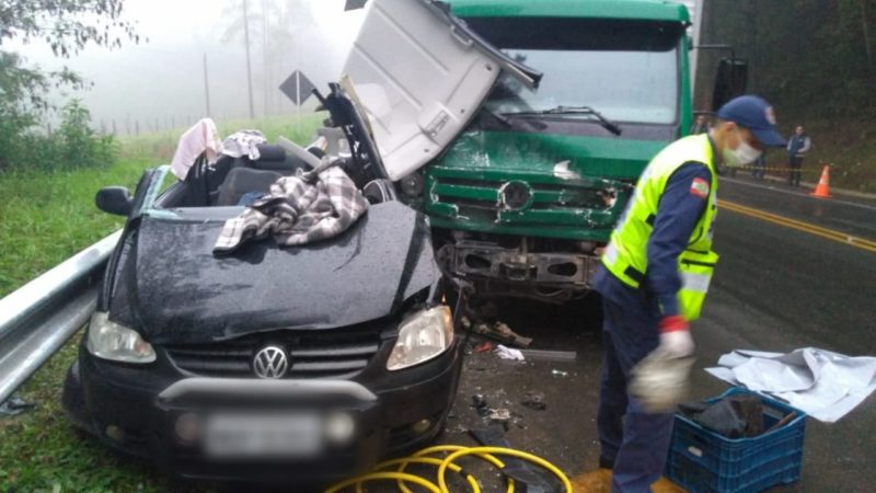 O motorista do carro morreu ainda no local – Foto: 9BBM/Divulgação