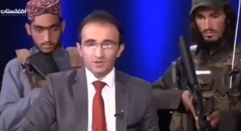 Jornalista afegão apresenta telejornal cercado por homens do Talibã – Foto: Reprodução Internet