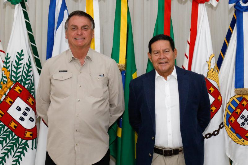 Bolsonaro faz a transmissão da presidência da República ao general Hamilton Mourão neste domingo (19) antes de viagem a Nova York – Foto: Alan Santos/ND