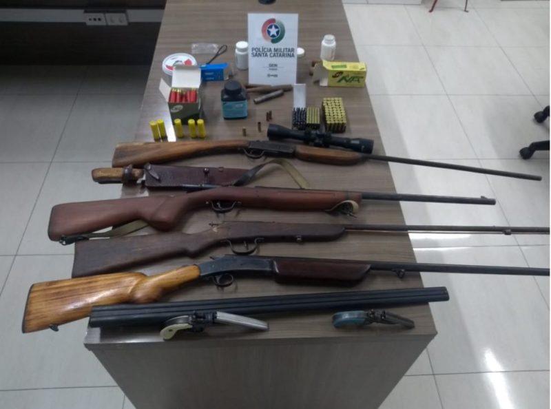 Armamento e munição apreendidos foram levados para a delegacia de polícia – Foto: Divulgação/PMSC/ND