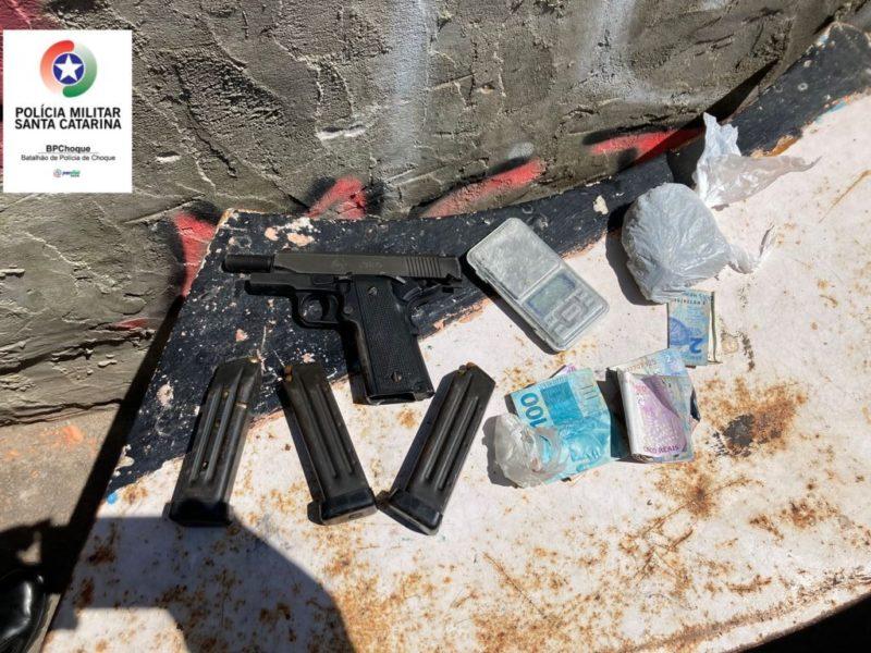 Armas, dinheiro e drogas foram apreendidos durante operação da PM no Morro do Mocotó – Foto: PM/Divulgação/ND