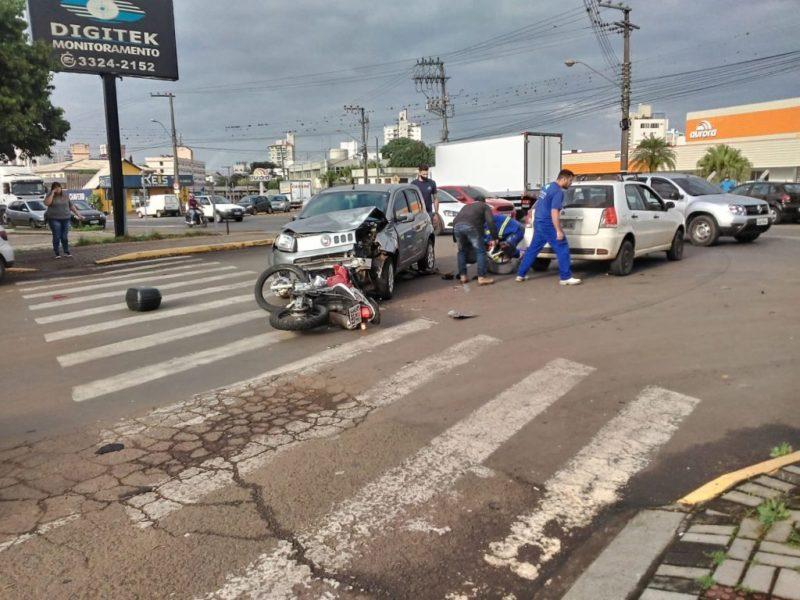 Piloto voa após carro cortar preferencial de moto em SC – Foto: Reprodução/ClicRDC/ND