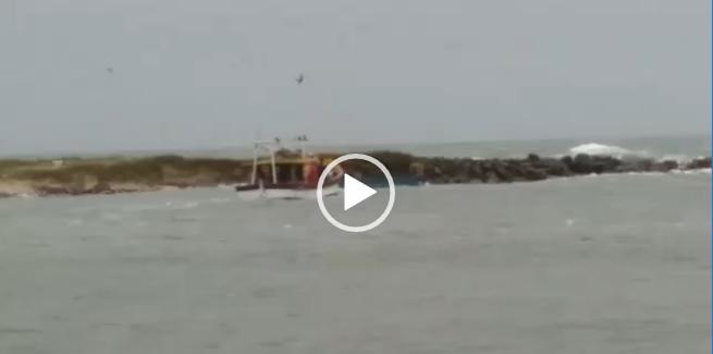 barco naufragou no início da tarde desta terca feira em balneário barra do sul