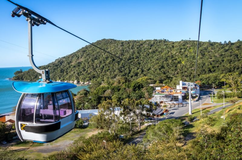 Parque Unipraias é uma alternativa de belos visuais e muita emoção – Foto: Bondinho Balneário Camboriú vegetação