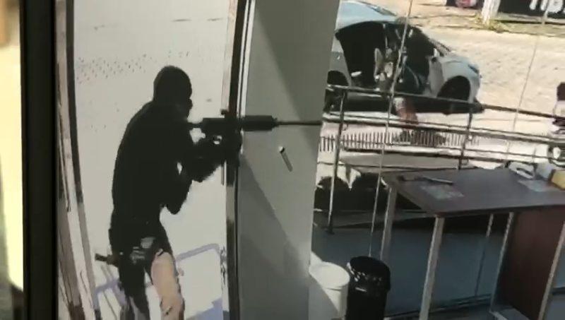 Vídeos mostram funcionários sendo rendidos durante assalto a agência em Porto Belo