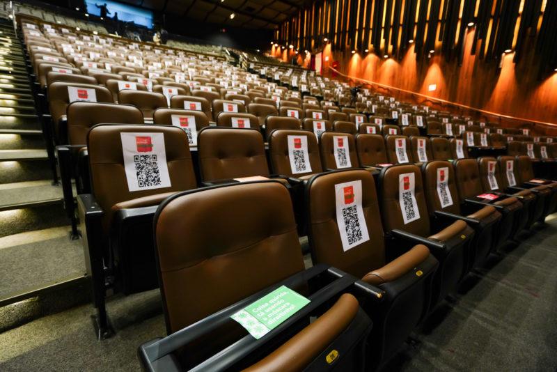 Cadeiras do teatro do CIC foram sinalizadas e receberam um QR Code, para posterior rastreamento do público que dói ao evento de julho – Foto: Ricardo Wollfenbüttel/Divulgação/ND