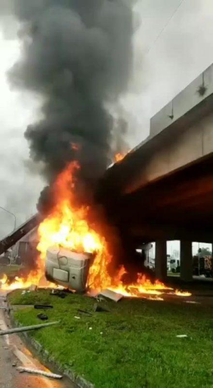Caminhão pega fogo em Palhoça, na Grande Florianópolis – Foto: Divulgação/ND