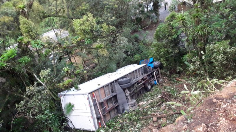Caminhão furtado tombou na Serra Dona Francisca – Foto: Internet