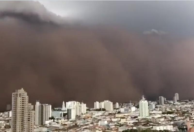 Nuvem enorme de poeira invade cidade de Franca, em São Paulo – Foto: Reprodução