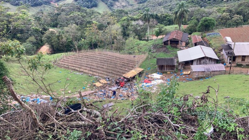 VÍDEO: Caminhão cai em ribanceira na BR-282 na Grande Florianópolis
