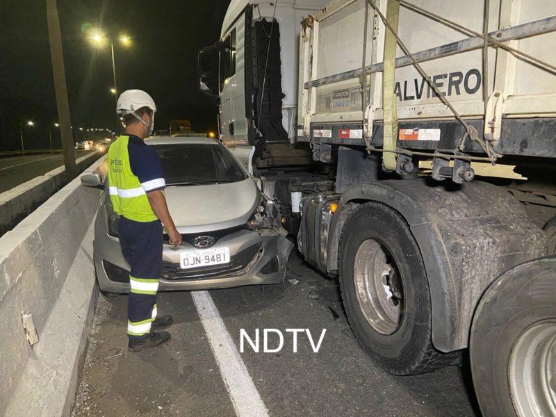Caminhão bateu no carro, que rodou e acabou sendo arrastado – Foto: Ricardo Alves/NDTV