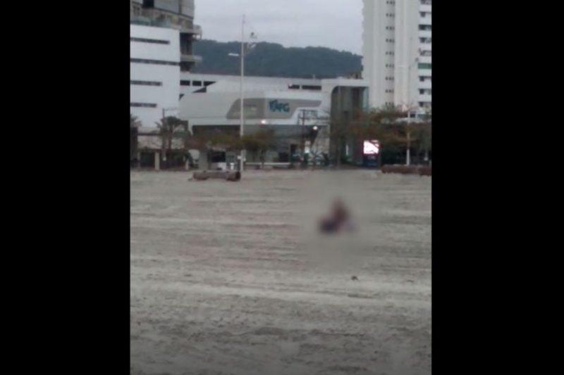 Casal foi flagrado 'inaugurando' faixa de areia em BC – Foto: Reprodução/Internet