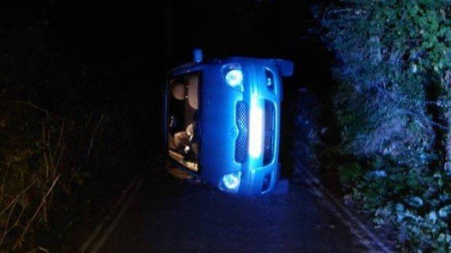 Casal acabou soltando freio de mão sem querer e capotou veículo – Foto: Reprodução/Twitter