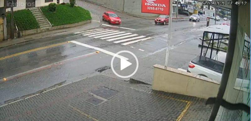 Motorista perde controle de veículo e atravessa via movimentada em Blumenau sem bater em nenhum outro carro – Foto: Reprodução/Internet