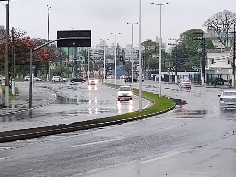 Chuva pede atenção no trânsito com redução da velocidade – Foto: Paulo Muller/NDTV