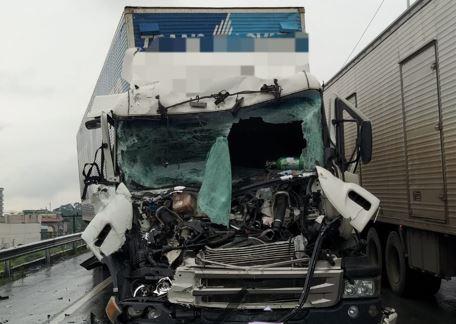 Um dos condutores ficou preso no veículo e foi socorrido pelos bombeiros – Foto: divulgação/CBM Indaial
