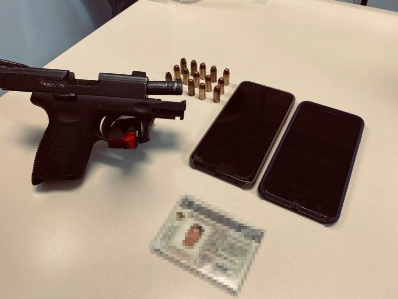 Homem portava pistola e itens pessoais no momento da prisão – Foto: PCSC/Divulgação/ND