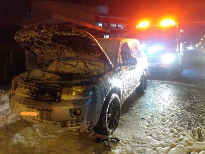 Homem saiu ileso do veículo que pegou fogo – Foto: divulgação/CBM