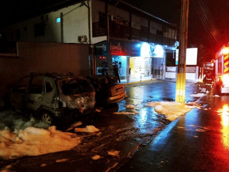 Veículos foram incendiados na madrugada desta sexta-feira (17) – Foto: Divulgação/CBMSC/ND