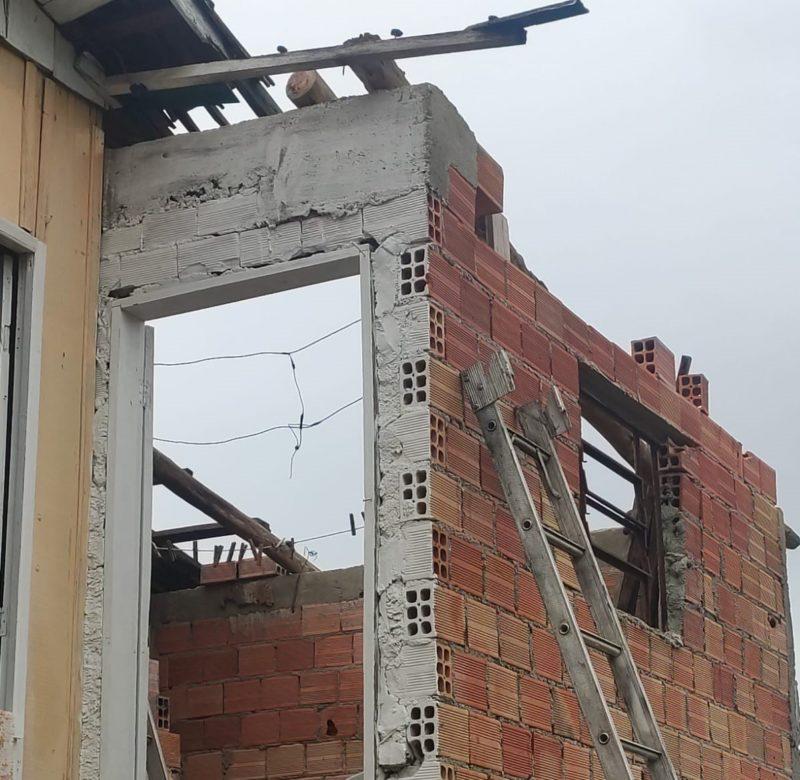 Içara registrou o destelhamento de uma casa e queda de árvores após rajada de vento no Sul de SC – Foto: Divulgação/Defesa Civil