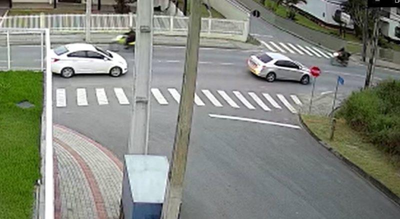 Moto bateu em carro após tentar ultrapassar – Foto: divulgação/Diarinho Blumenau