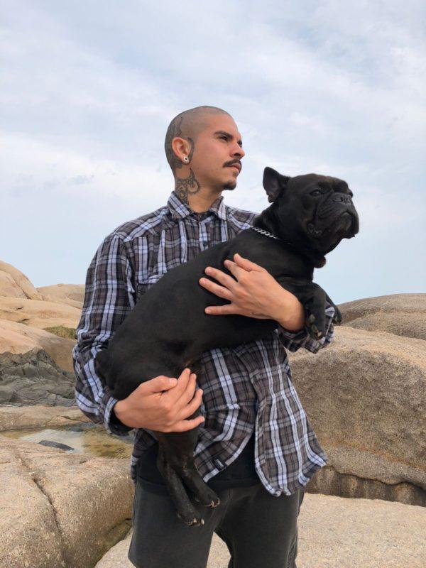 O barbeiro Don Felipe e o Inseparável amigo Abdul – Foto: Don Felipe/ divulgaçao