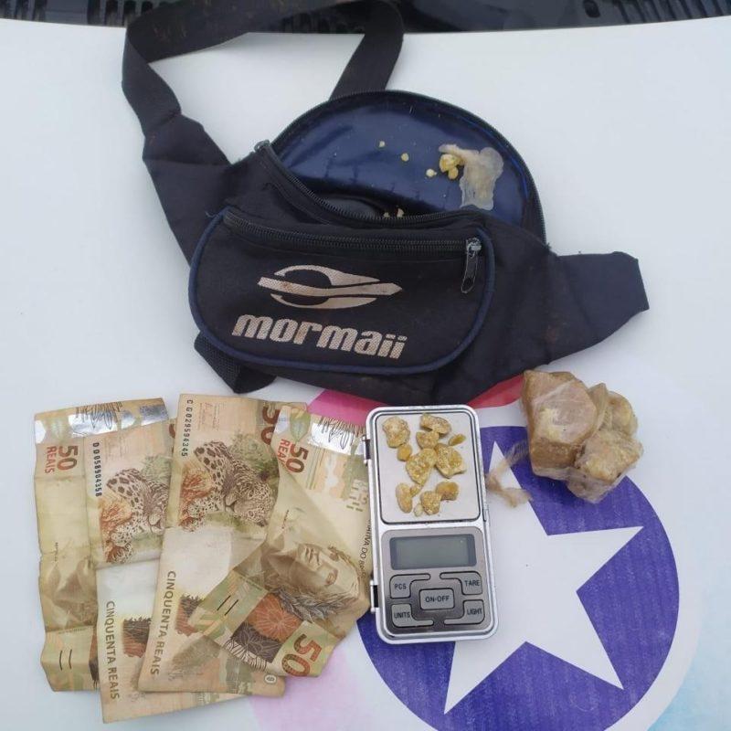 Policiais apreenderam com o suspeito maconha, crack, uma pochete, uma balança e R$ 200 – Foto: PM/ND