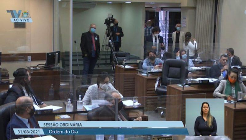 Ex-marido de Maria da Penha está no lado direito da foto, em frente à porta, com blusa preta e paletó claro – Foto: TV Câmara/Divulgação/ND