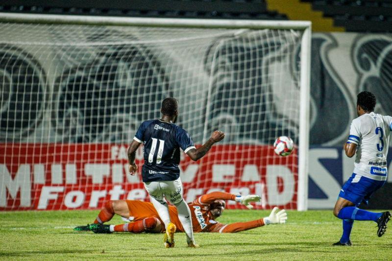 Victor Andrade toca na saída de Gledson para marcar o 1º do Remo contra o Avaí: 2 a 1, no Pará – Foto: Fernando Torres/AGIF