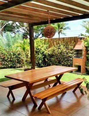 Mesa e bancos de madeira de Angelim – Foto: Divulgação