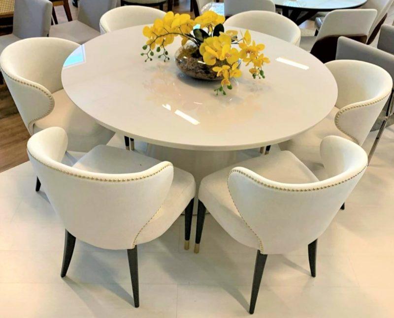 As mesas brancas redondas, que trazem harmonia e leveza para espaços pequenos – Foto: Divulgação SG Mobiliário Conceito
