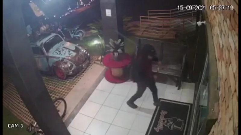 Homem chega de bicicleta para furtar barbearia e é surpreendido em Criciúma – Foto: Divulgação
