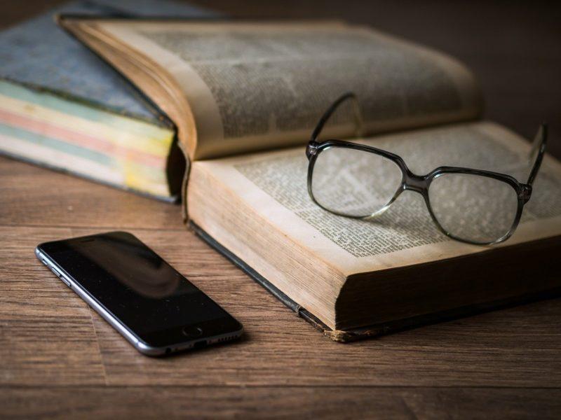 Leitura de um livro – Foto: Pixabay
