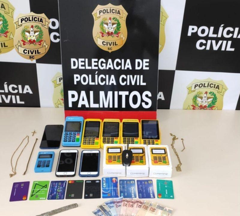Os suspeitos foram presos com diversos cartões e máquinas de cartões de crédito, aparelhos celulares, dinheiro e drogas – Foto: Polícia Civil/ND