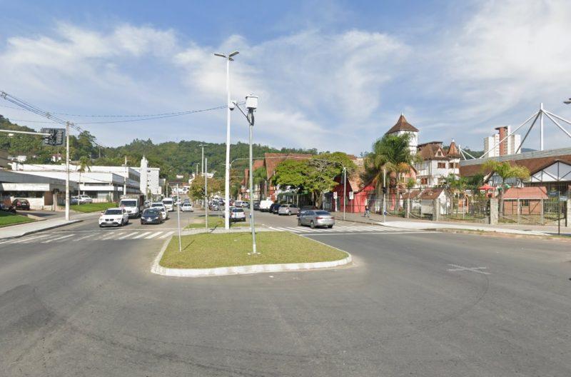 Assaltantes abordaram a vítima na rua Alberto Stein, no bairro Velha – Foto: Reprodução/Google Maps/ND