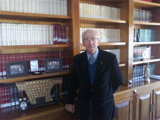 Hélcio Bianchini Góes, faleceu aos 90 anos, nesta terça-feira (14) em Criciúma. Na foto está diante da biblioteca que foi integralmente doada à Unesc em, abril deste ano. – Foto: Arquivo pessoal.