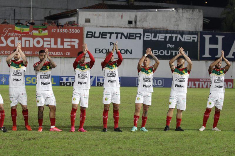 Elenco do Brusque, em jogo desta sexta-feira diante do Vasco da Gama; mais uma derrota para o quadricolor nesta Série B – Foto: Lucas Gabriel Cardoso/Brusque FC